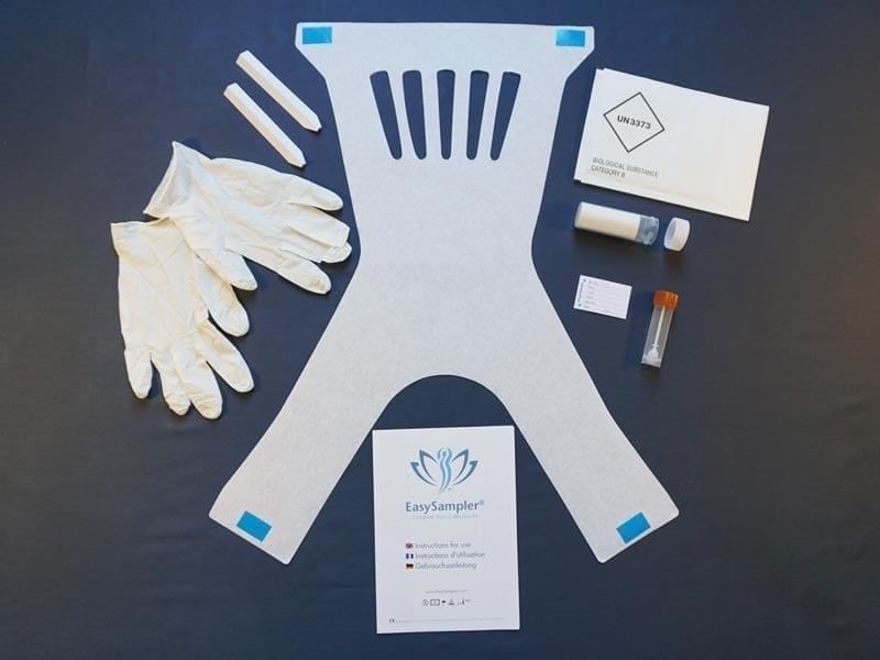 EasySampler Komplett Kit enthält: Papierlöffel für die Einsammlung, Einweghandschuhe, Probenröhrchen, Versandrohr mit saugfähiger Einlage, Etikett mit Patienteninformation, Verandumschlag UN3373 genehmigt, Anleitung